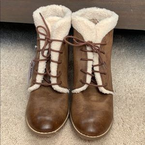 Restricted brown fur trimmed booties. NWT Size 9